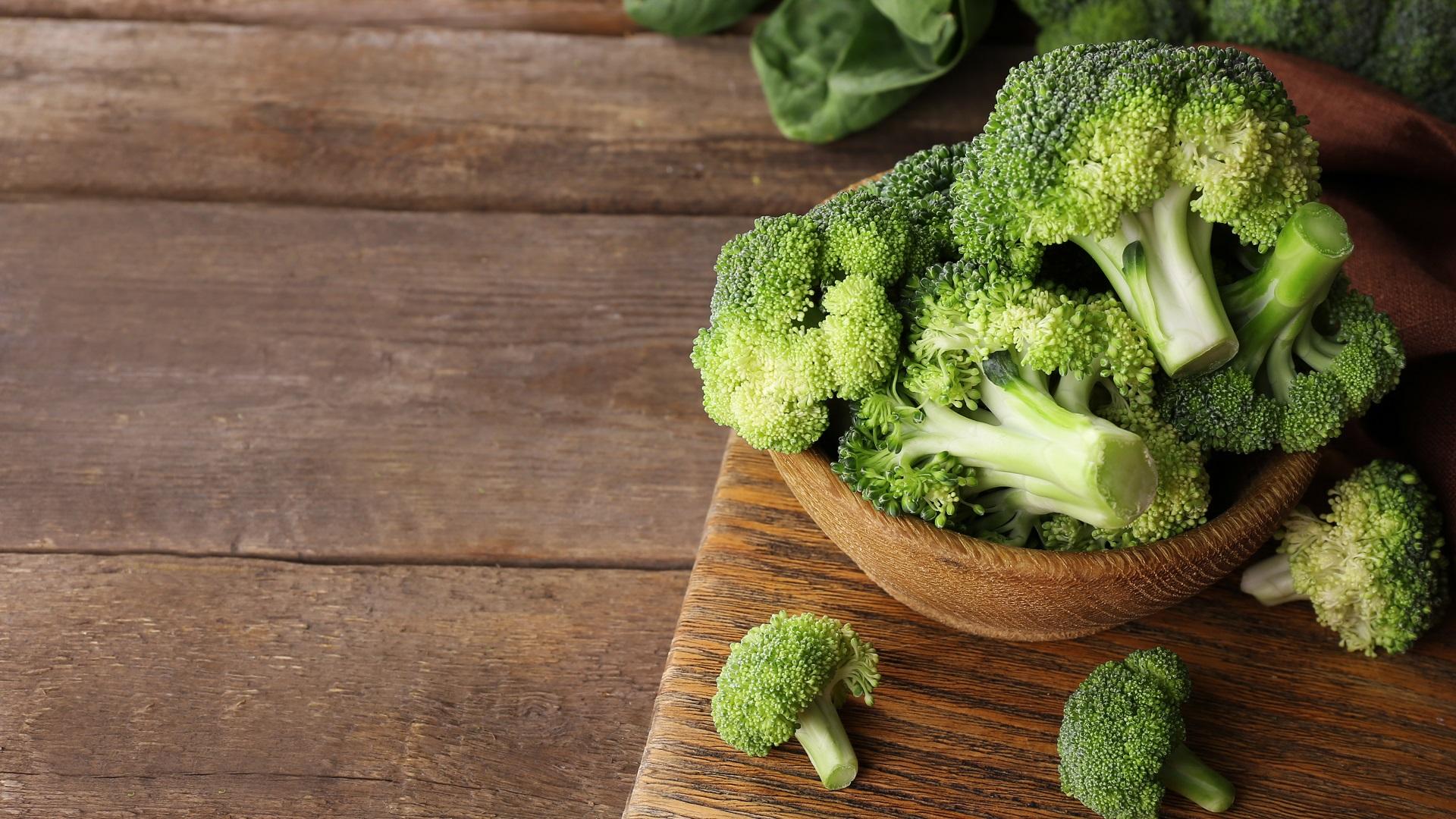plato-repleto-de-brocoli-sobre-una-mesa-de-madera