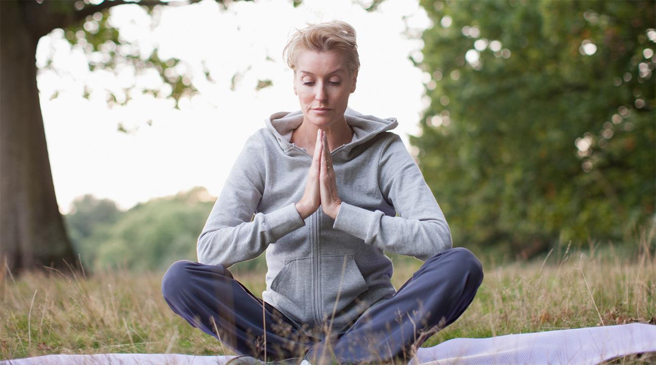 o-older-woman-yoga-facebook-copia